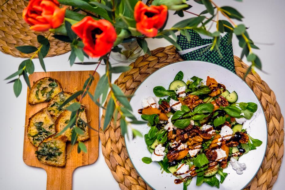 Karamellisoitu nektariini-vuohenjuustosalaatti ja yrttileipäset